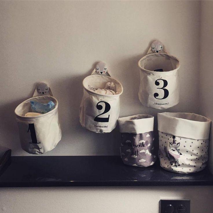 Fine opbevaringsposer fra House Doctor hængende på porcelænsknager med dyreprint fra Bloomingville. Cirkus-poserne er også fra Bloomingville.
