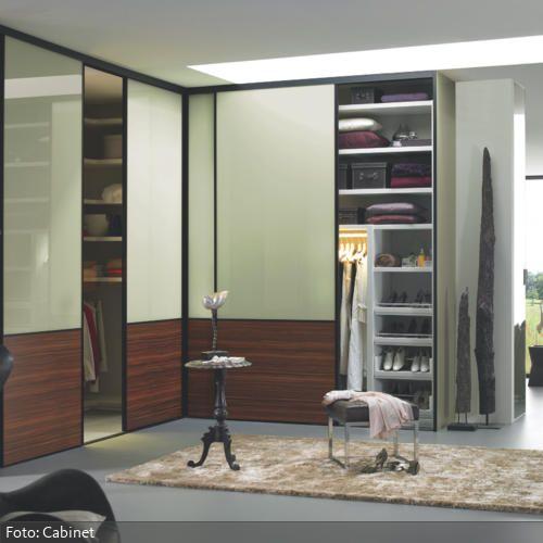 Begehbarer Kleiderschrank mit grünen Schiebetüren | roomido.com