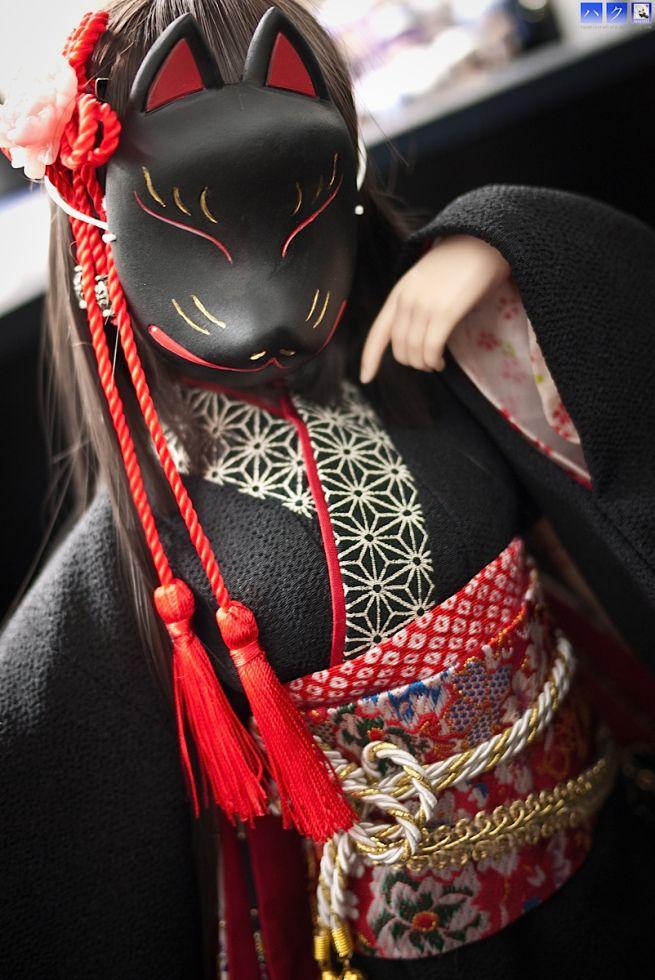 Kitsune 狐 significa zorro, animal que constituye un elemento de singular importancia en el folclore japonés, de hecho se utiliza para nombrar a un espíritu cuya función clásica es la de proteger bosques y aldeas.