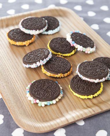 Maak op een makkelijke manier vrolijke koekjes van je oreo's! Ideale traktatietipom uit te delen op een verjaardag. Dit heb je nodig: Oreo's spuitglazuur versiersels Zo maak je het: Spuit een laagje glazuur op het randje tussen de Oreo's. Doop…