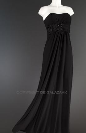 Zowel de top als de rok van deze zwarte jurk vallen deels in een plissé patroon. Dit exemplaar bestaat uit stretch stof en heeft een getailleerd model met bloem applicaties op de taille. €85