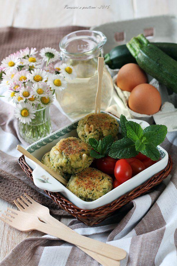Polpettine di zucchine, feta, pinoli ed erbette profumate   Pensieri e pasticci