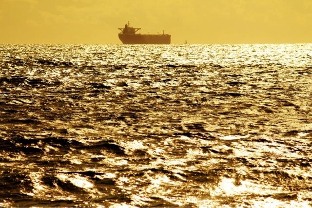 Semana Santa Cadiz 2012. Atardecer con barco mercante en la Playa de Santa Catalina, Las Redes, Puerto de Santa Maria
