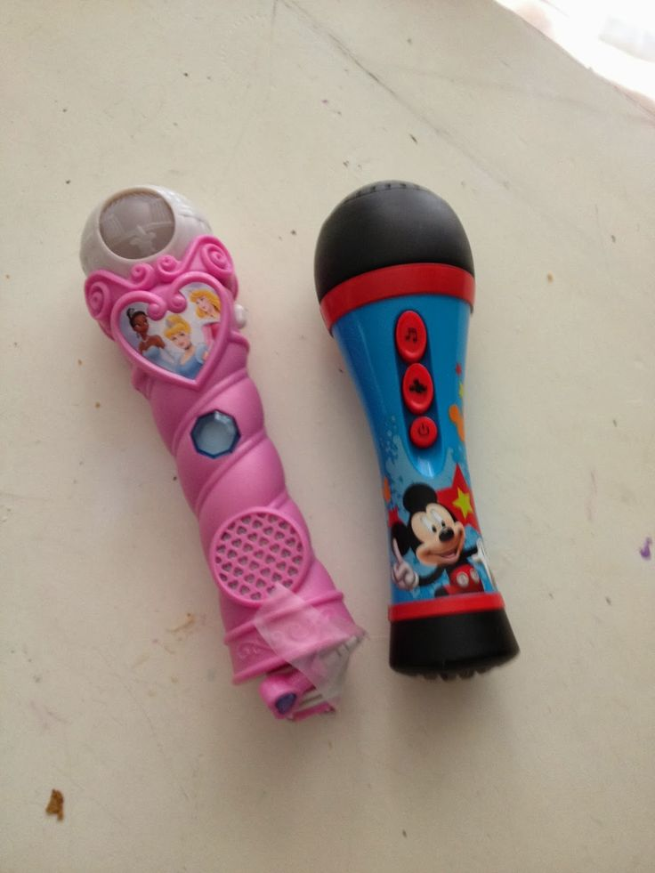 Essa brincadeira foi muito divertido. Chama duas criancas para vir na frente. Traga duas microfones de brinquedo. Se nao tiver pegue um...