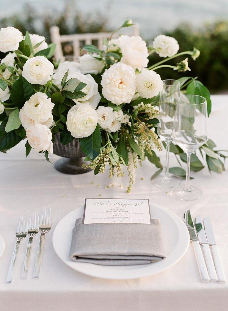 Zeitgenössische Hochzeit am Meer mit Charcoal Sketch Favors für Gäste   – Wedding