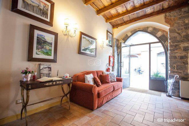 Borgo Antico è un hotel a tre stelle vicino al centro di Como, ma abbastanza defilato da permettere privacy e tranquillità. Ristrutturato nel 2013, mantiene uno stile unico