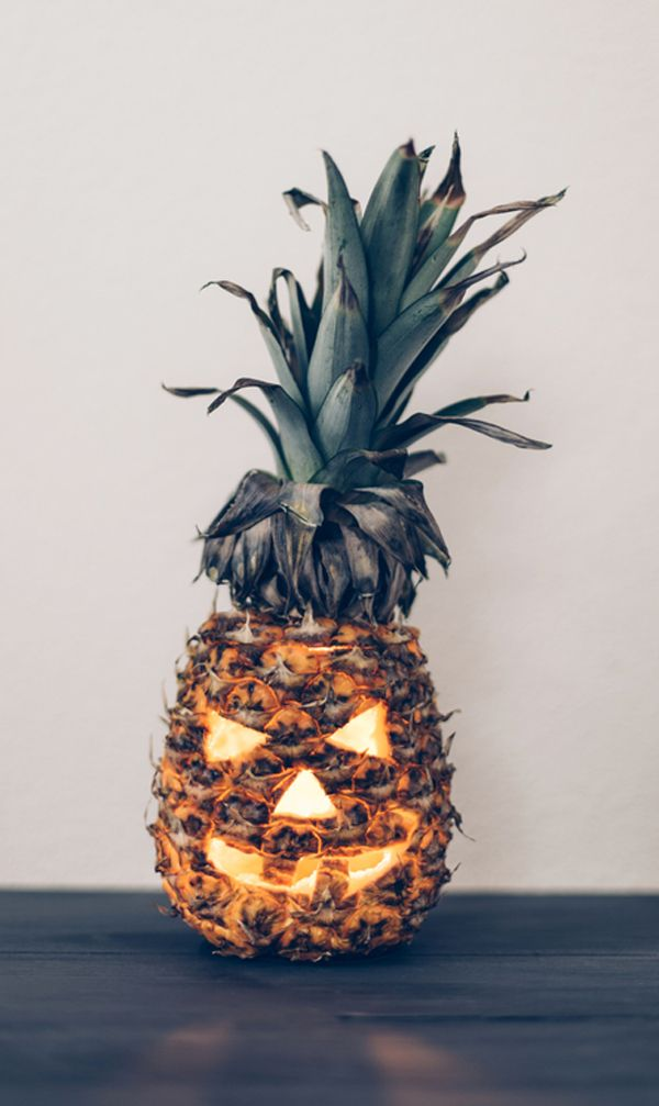 A FALTA DE CALABAZAS ... why don't we – carve a pineapple? #IdeasParaHalloween