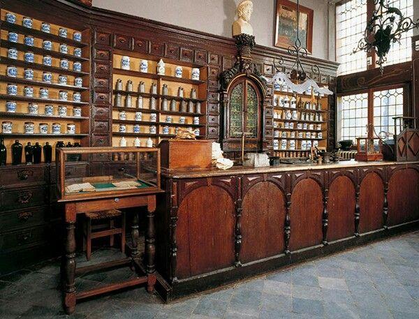 De parel van het Museactron is de oudste particuliere apotheek van België. Naast het oorspronkelijke meubilair, dat gerestaureerd werd in 2007, bezit het Apotheekmuseum een unieke collectie Delftse en tinnen potten. Het derde onderdeel van het Museactron, een Bakkerijmuseum, is in de kelder van het Apotheekmuseum gevestigd.