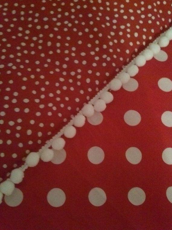 Encantador Minnie Mouse bebé para niños pequeños cuna ropa de cama edredón cuenta con las mejores partes de Minnie! Rojo y blanco de lunares telas hacen este caprichosas del edredón debe tener para cualquier fan de Disney y un complemento perfecto para su vivero de Minnie! Topes que empareja también disponible.  Por favor convo con cualquier pregunta.