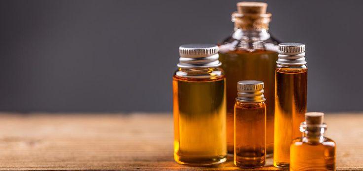 Les huiles essentielles peuvent grandement améliorer le quotidien. Mais lesquelles acheter ? Voici cinq fioles de base, à glisser dans son vanity.
