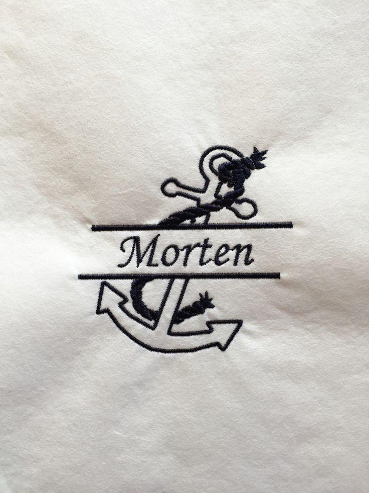 Flott naturfarget Canvasveske med sorte detaljer.  Den er fin som handleveske, uunnværlig på stranden, og stilig til båtturen.  Ekstra fin og personlig blir den med brodert monogram, eller et fint motiv.  Vesken har liten lomme på ene siden og lange hanker.   Vi har også personlige servietter, badekåper, håndklær, og forklær med eget monogram til dåp, bryllup, hytten, båten etc. Skriv inn ønskede bokstaver og bestill direkte i vår nettbutikk.