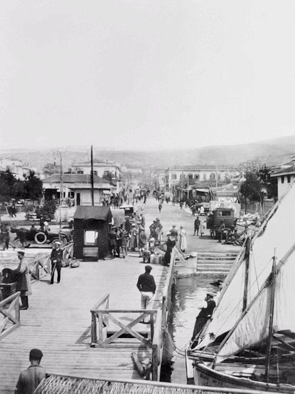 Η κίνηση στις προβλήτες τον Απρίλιο του 1919 σε λήψη του Αυστραλού υπολοχαγού του τμήματος πολεμικών αρχείων William James, υπεύθυνου της ομάδας φωτογράφισης.  πηγή: Australian War Memorial