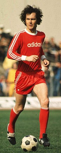 Franz Beckenbauer. Tan grande era su inteligencia que invento para si el puesto de libero. Campeon del Mundo y Europeo, se le considera como quizas el mas grande jugador aleman de todos los tiempos. Jugador emblema del Bayern Munich y del Cosmos de Nueva York