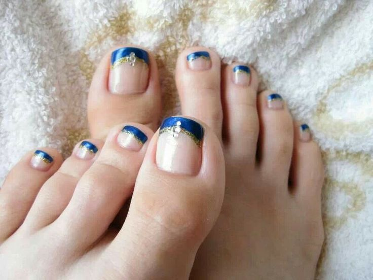 Blauwe french pedicure.