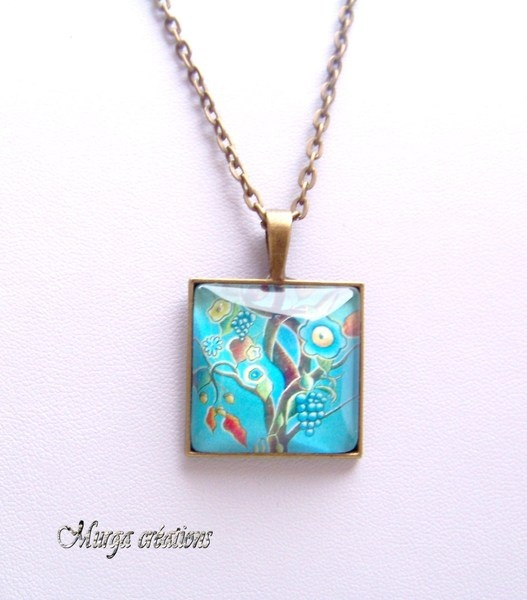 Cabochon carré en verre monté en pendentif sur une chaine en métal bronze.    Envoi soigné dans une jolie pochette sous enveloppe bulle
