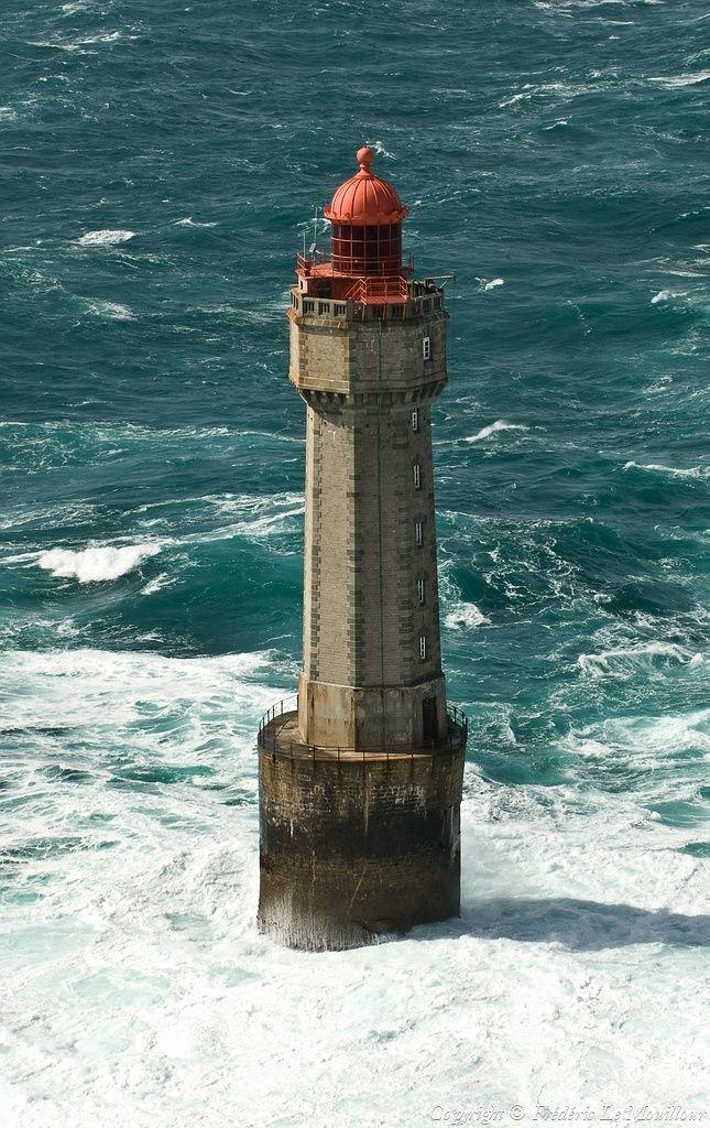 Le phare de la Jument situé à Ouessant France 48.422408,-5.134089