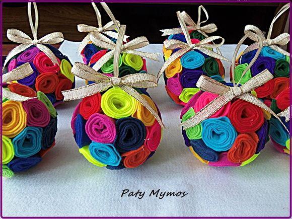 Bola de Natal coberta com flor de feltro colorida. Faço em outras cores.  O prazo vai depender da quantidade.  30 cm de circunferência. R$ 10,00