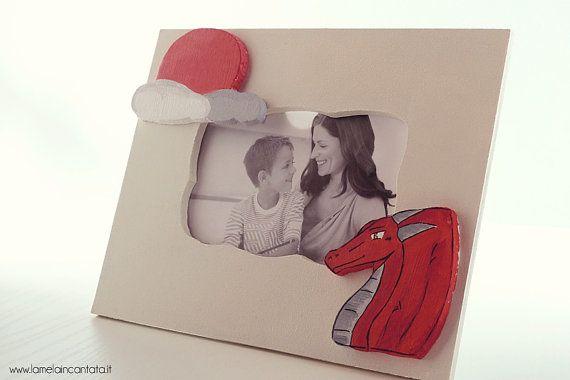 Cornice Drago rosso in Legno  dipinta a mano di lamelaincantata, €28.00