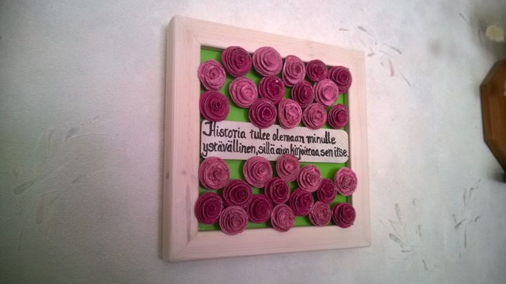 Tässä hiukan isompi taulu, jota koristaa pirteän taustan likäksi noin 30 ruusua...