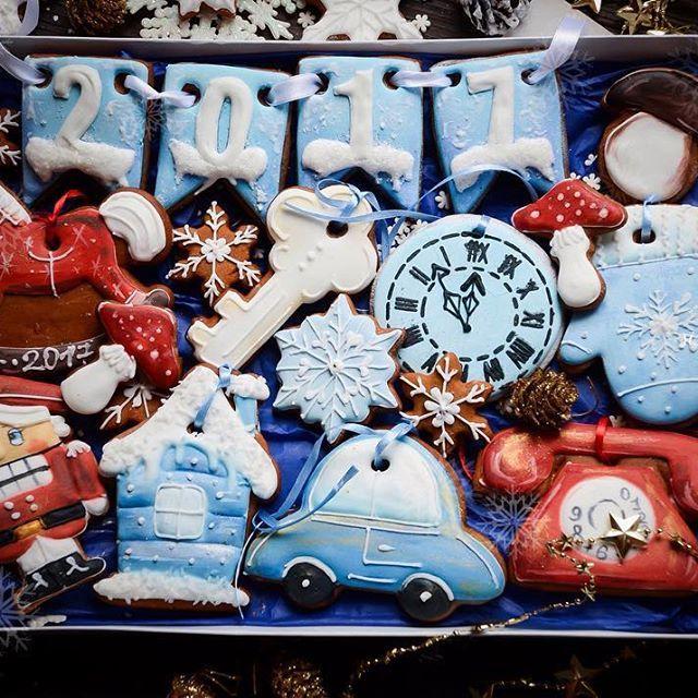 Начинаем выкладывать фотографии с новогодними наборами #sisterhood_winter17 Большой ретро набор, который выглядит просто сногсшибательно Если вы хотите кого-то удивить подарком, то это именно тот случай  А так же замечательный подарок ребёнку! Пряники можно использовать как декор и украшение Коробка размером 26*35 цена 1200. Заказать➡️ директ, viber 89107148075☎️ #имбирныепряники #имбирноепеченье #мастерская3сестер #трисестры #печенье #подарок #пряникиназаказ #пряникисмоленск #ручнаяраб...