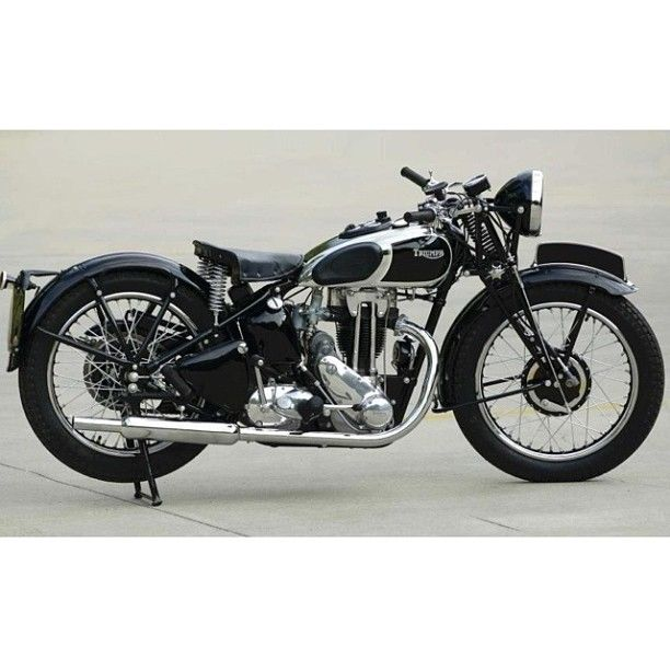 Vintage Triumph Motorcycle - Beautiful!                                                                                                                                                     Mais