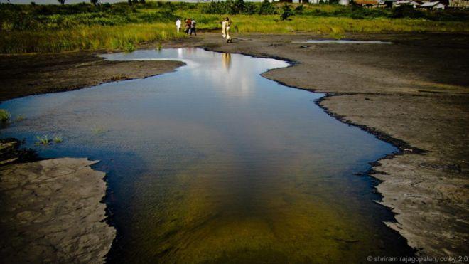 Hồ hắc ín, Trinidad. Hồ La Brea sền sệt nhớt này là nơi tụ hội tự nhiên lớn nhất chất hắc ín trên thế giới. Hồ được cho là nằm giữa hai đoạn đứt gãy, là nơi chất dầu dưới lòng đất trào lên. Hồ cũng là nơi cất giữ quý giá các động vật hóa thạch bị kẹt trong lớp nhựa dính nhớp nháp.