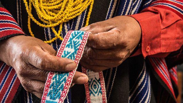 Autor: Laura Cadena  Título de la obra: Maki Uiru Kindi / Pasadu iskai wata Kabildupi   Año: 2016  Descripción de la obra: Maki Uiru Kindi / Pasadu iskai wata Kabildupi (Lengua tradicional SIMI RIMAII, MANA KUNGARISUNCHI del  Pueblo Inga / Putumayo)  significa: Manos de siembra y colibrí / Taita Angel Mojomboy.