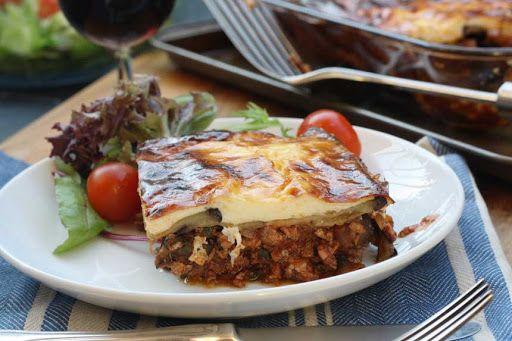 Μουσακάς... ένα από τα πιο διάσημα και αγαπημένα πιάτα της ελληνικής κουζίνας, που θα βρούμε σε πολλές συνταγές με διάφορες παραλλαγές.Εδώ σας δίνουμε μια