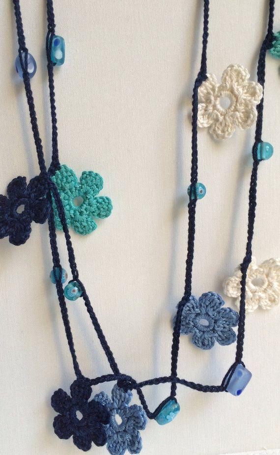 Ho ammirare presso il lariat e oya collane alluncinetto che ho trovato in due dei miei negozi preferiti, ReddApple e SenasShop. Così ho deciso di fare questo uno ispirati a quelli che ho trovato così bello e grazioso.  Ho usato il filo di cotone 100% per fare catena pizzo e motivi floreali. Tra ogni fiore ci sono perle blu in ceramica.  Tutte le mie creazioni sono uno di un genere.