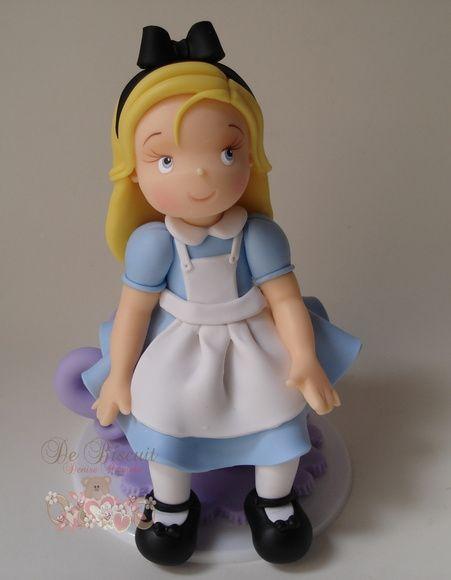 Topo de bolo da Alice sentada na xícara.  Peça feita em biscuit com 15 cm de altura colada na base de acrílico.    Por se tratar de um produto artesanal, leve alterações na cor e na forma podem ocorrer, mas nada significativo que altere o produto final.