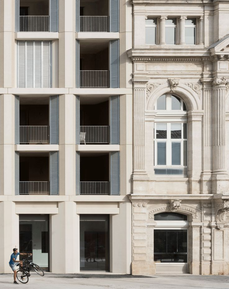 The challenge was to insert a new apartment block into the city's historic fabric, while providing an appropriate setting for the ancient Porte d'Auguste.