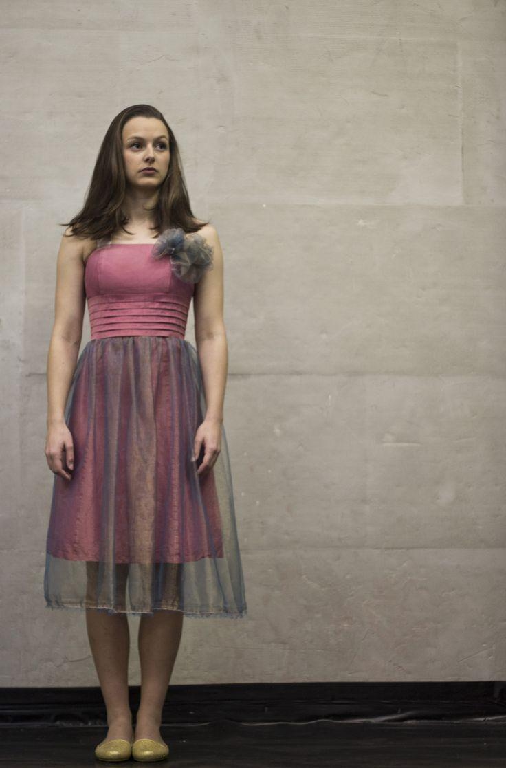 Růžové šaty se závojem Recy věci. Recyklované růžové šatky s růžovou mašlí zavazující se za krk. Přes sukni je přišitá modrozlatá organza tvořící závojíček. Ze stejného materiálu je vytvořená mašle na živůtku. Šatičky jsou určené pro velmi štíhlou dívku nebo ženu. Obvod prsou: 82cm Konec živůtku nad pasem: 68cm Obvod boků: 92 cm: Délka šatů: látka ...