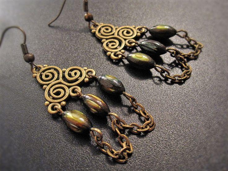 Boucles d'oreilles médiéval chandelier bronze avec perles naturelles vertes de la boutique TheAsaliahShop sur Etsy