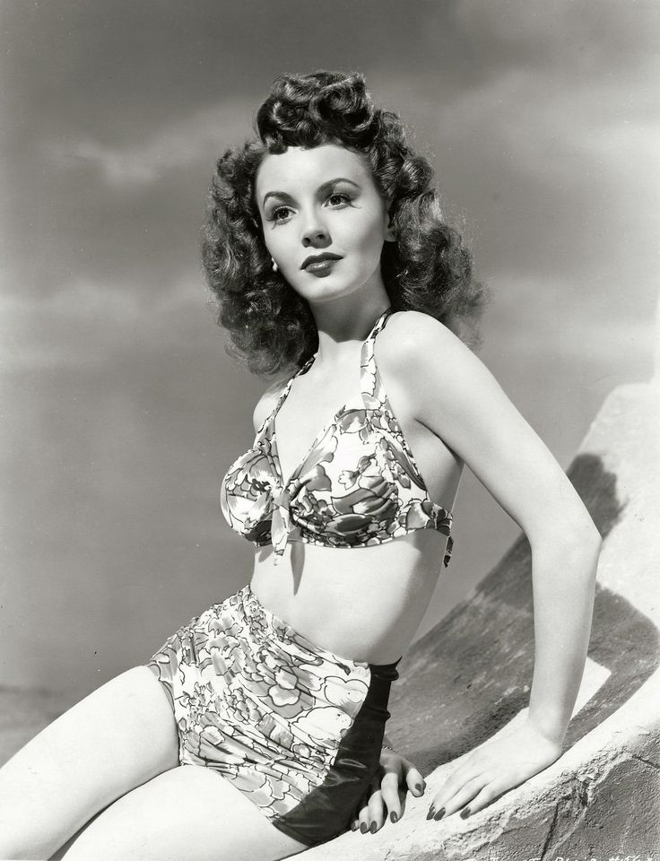 Actress Janet Blair sporting a lovely two-piece. #vintage #summer #1940s #actresses