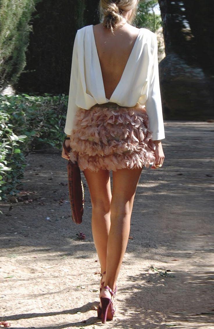 Lookazo. Camisa con esplada en uve y falda de plumas color nute.