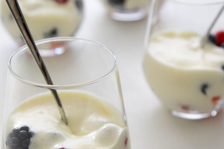 """Op zijn bakblog RutgerBakt.nldeelt Rutger van den Broek zijn favoriete bakrecepten. Wij mogen elke maandeen heerlijk recept van hem delen. Dit keer: sabayon van prosecco met zomerfruit. """"Sabayon is een luchtig dessert op basis van eidooiers en een alcoholische drank. In het Italiaans wordt dit ook wel zabaglione genoemd. Over het algemeen wordt sabayon lauwwarm …"""