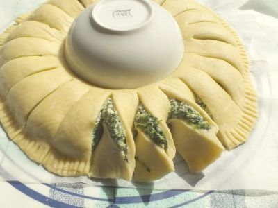 This sunny spinach pie is wonderful!!! Here the eye is satisfied. But it is also really tasty and inviting and it is not difficult to prepare.