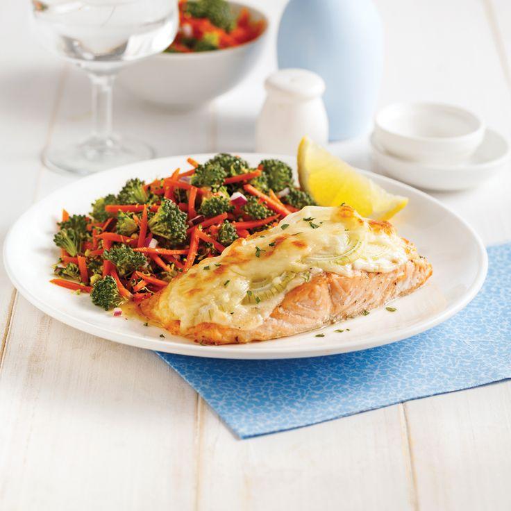 Garni de préparation au parmesan, d'oignons et de fromage suisse, le saumon se fait particulièrement gourmand!