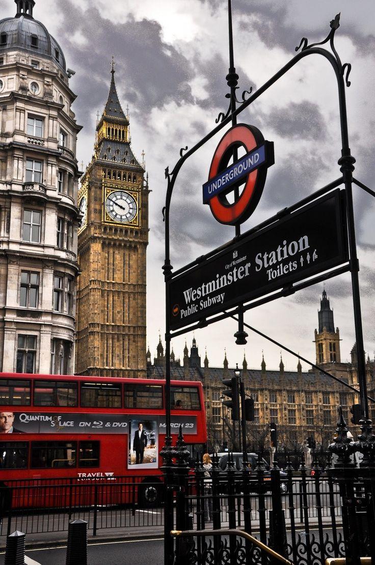 Three symbols - Tres iconos de Londres: el Big Ben, el típico bus y el metro.