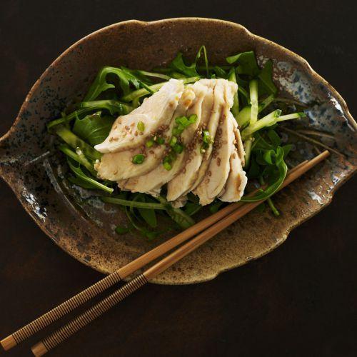 Découvrez la recette du chef Tomohiro Hatakeyama du restaurant Tomo : Salade de poulet