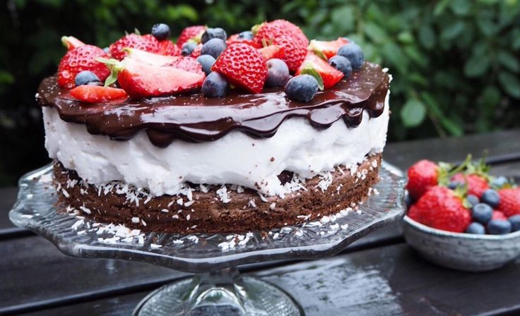 Bakeblogger Kaja Sæther Aarhus har kombinert to av sine favoritter i én og samme kake: Brownie med bær og kokosbolle. Blant imponerende moussekaker og fristende gjærbakst var det nettopp denne kokosbolle-brownie-kaken som fikk følgerne til å få vann i munn da den dukket opp på Instagram-profilen hennes @kajabaker. Kaken, som består av tre lag, var en del av kakebordet til midsommarfeiringen til Kaja som vanligvis bor i Stockholm. – Dette er en kake alle kan få til, men den krever en d...