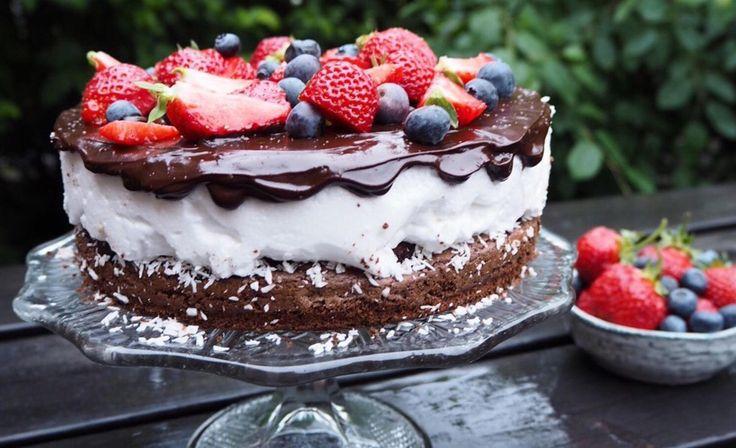 Bakeblogger Kaja Sæther Aarhus har kombinert to av sine favoritter i én og samme kake: Brownie med bær og kokosbolle. Blant imponerende moussekaker og fristende gjærbakst var det nettopp denne kokosbolle-brownie-kaken som fikk følgerne til å få vann i munn da den dukket opp på Instagram-profilen hennes @kajabaker.     Kaken, som består av tre lag, var en del av kakebordet til midsommarfeiringen til Kaja som vanligvis bor i Stockholm.     – Dette er en kake alle kan få til, men den krever en…
