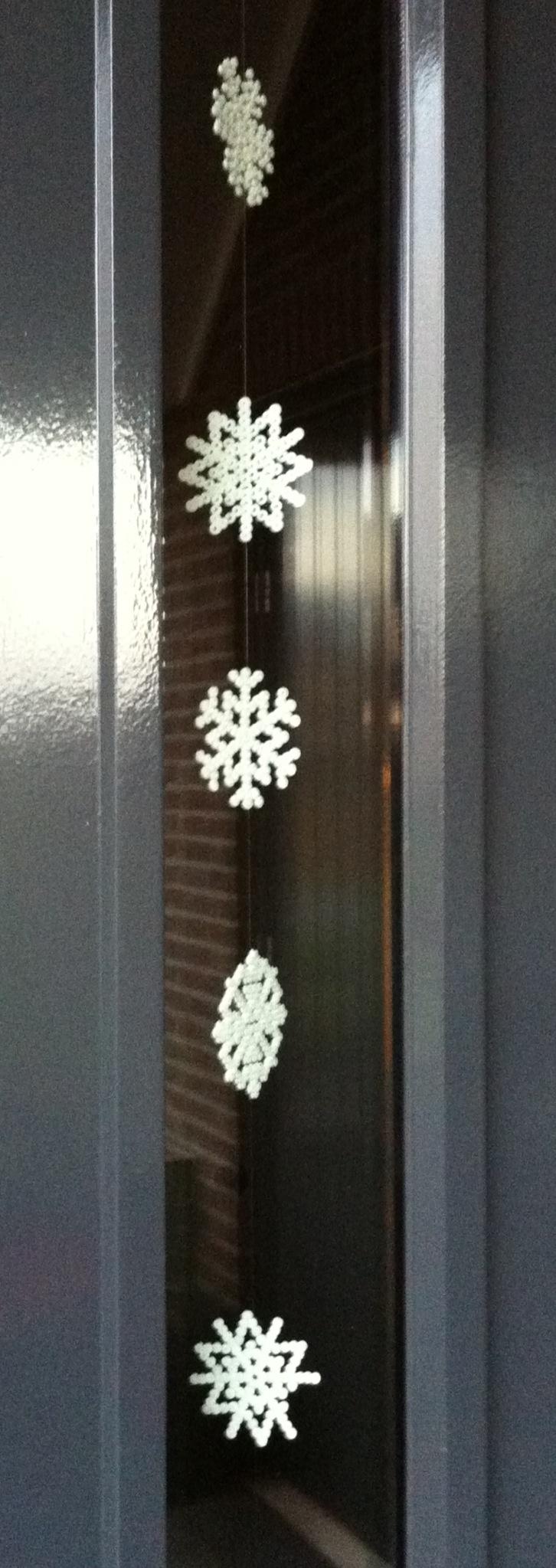Sneeuwvlokken gemaakt van strijkkralen