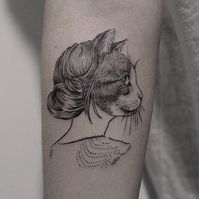 Diseño de Laura Agustí por Marla Moon - a tattoo of a cat with a human body with a messy bun!