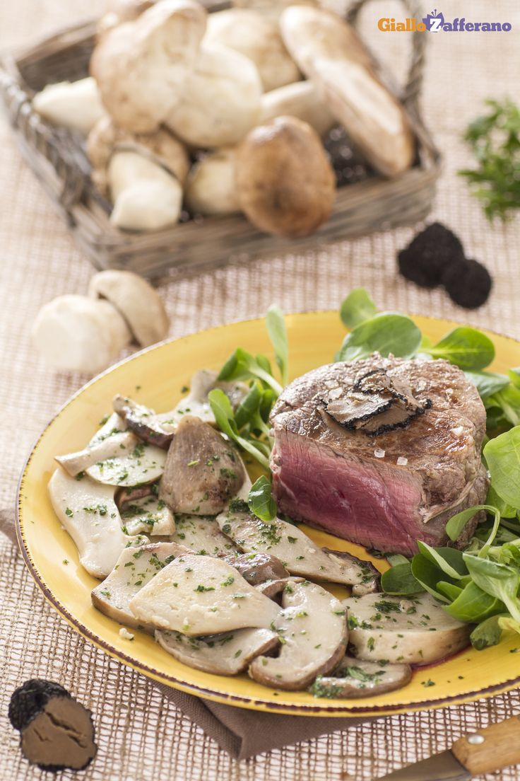 Un secondo piatto per le occasioni speciali e raffinate: il FILETTO CON #FUNGHI PORCINI E TARTUFO (beef tenderloin with porcini and truffles)! #ricetta #GialloZafferano #italianfood #italianrecipe