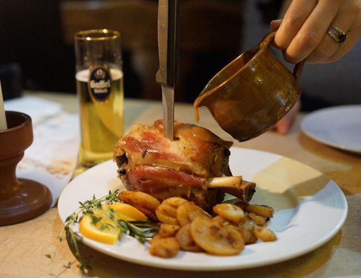 มาเยอรมนกตองขาหมกบเบยรด!!!!!! กลบไปนำหนกขนแนแบบรอยเปอเซน  #porkknuckle #germany #cologne #piepietrip #piefatlife #chillstyle #cheevitdee #nex7 #sel35f18 #dishoftheday. #instafood by pie_sirinavin #haxenhaus #people #food