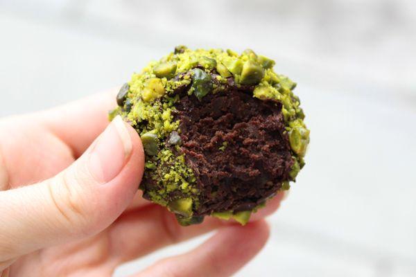 Luksusromkugler - Chocolat - måske med tørret hindbær drys i stedet for pistacie