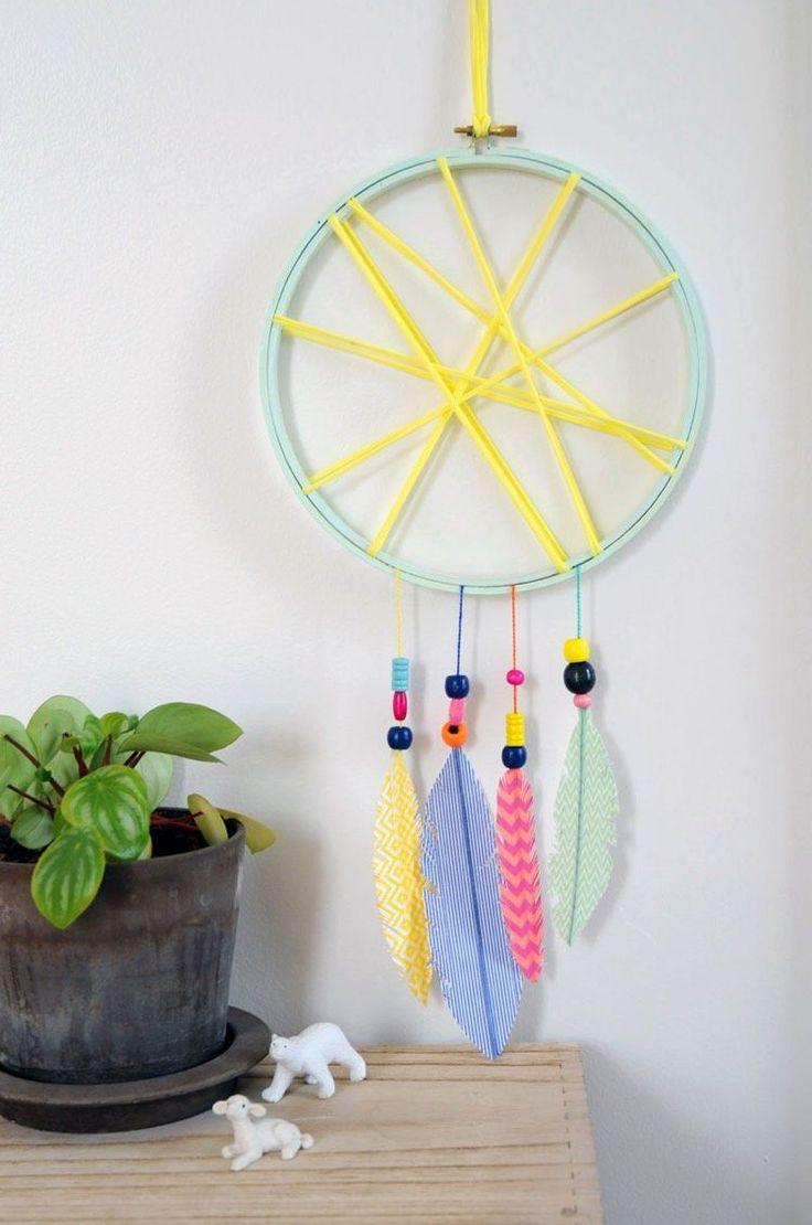 fabriquer un attrape rêve en tambour à broder vert menthe, décoré de feuilles en papier
