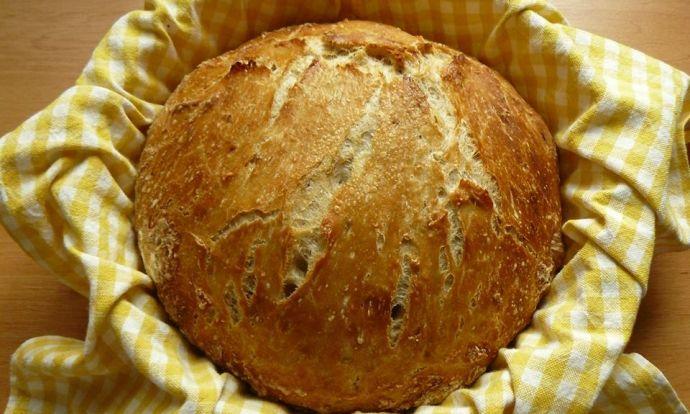 Domácí křupavý chléb 1 hrnek žitné chlebové mouky 3 hrnky hladké pšeničné mouky 2 lžičky soli 1 lžička sušeného droždí 1 lžička drceného kmínu / chlebového koření 1 lžička octa 2 hrnky vlažné vody