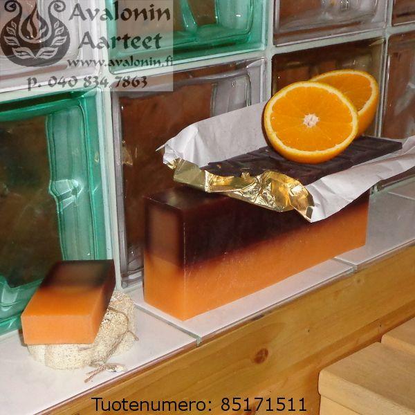Osmia's handmade Finnish Orange-Chocolate soap. 100% vegan. Contains moisturising cream. / Osmian kotimainen ihoystävällinen, 100% kasviöljypohjainen Appelsiini-Suklaasaippua. Käsinvalmistettu saippua.Sisältää kosteusvoidetta.